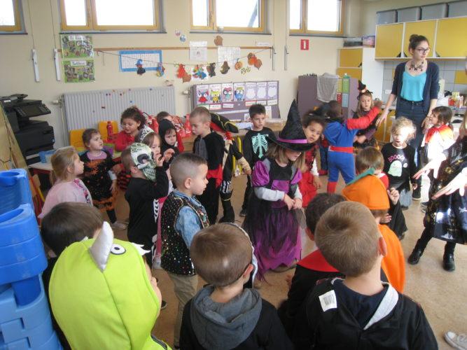 Bal costumé d'Halloween en maternelle.